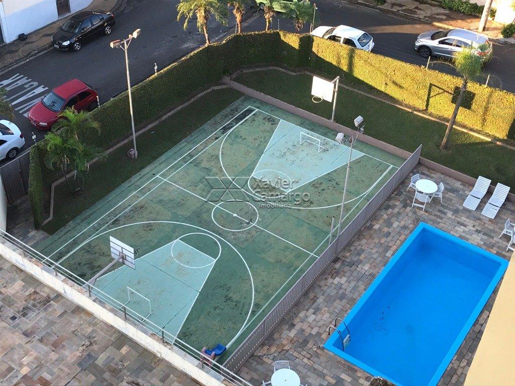 Quadra poliesportiva e piscina